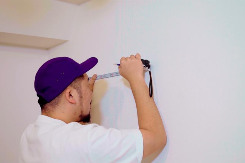 壁に壁紙のサイズをしるし