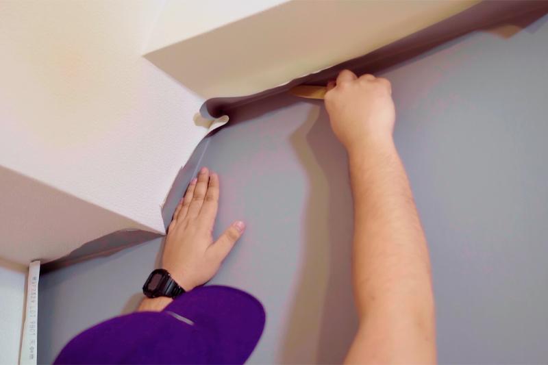 梁の際に壁紙が沿うようにカット