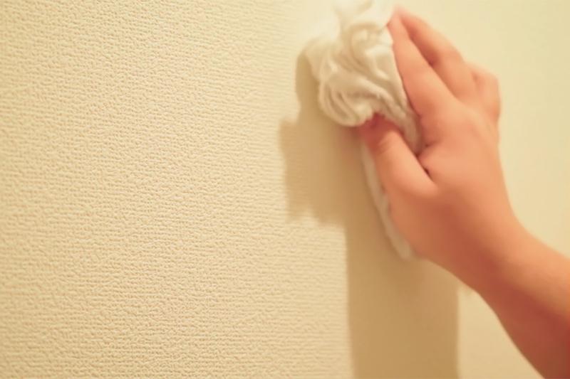トイレの壁面を拭き掃除