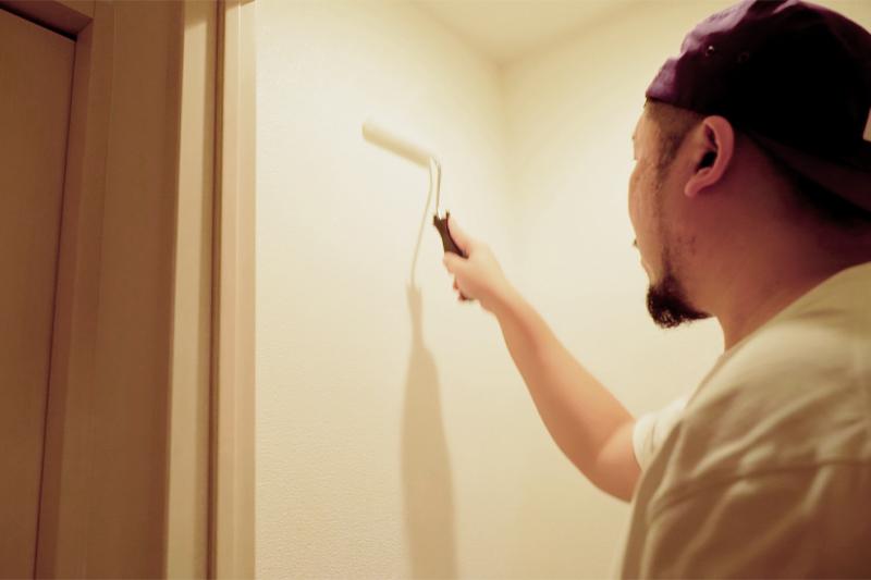 トイレの壁面にのりを直接塗る