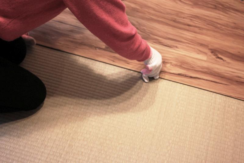 畳の上から床材を敷く