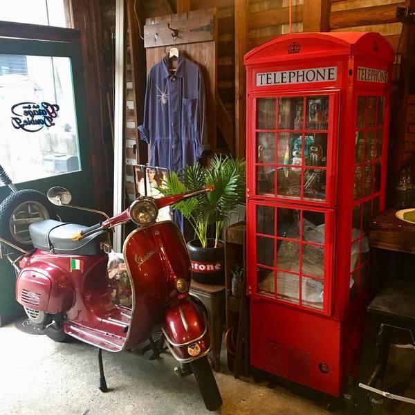 電話ボックス型冷蔵庫とバイク