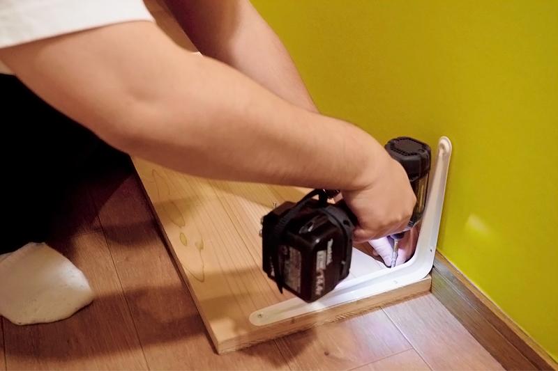 棚受け家具と棚板をビスでとめる