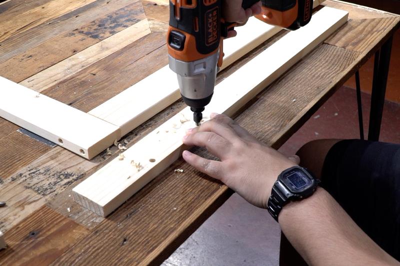 背板上の木材にダボ穴をあける