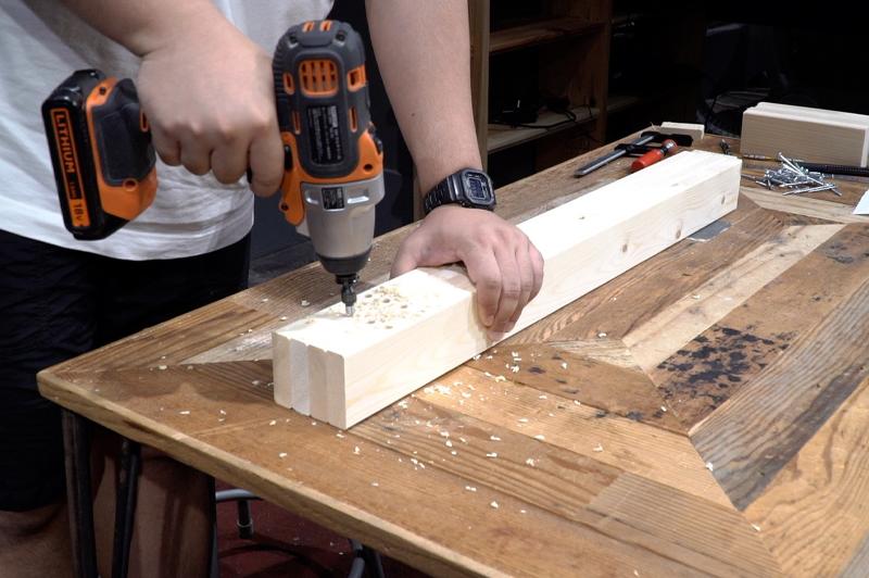 脚の木材にダボ穴をあける