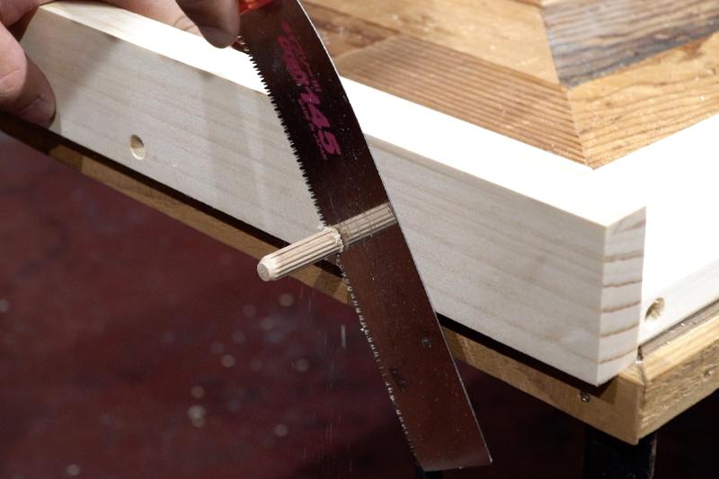 はみ出た木ダボを切る