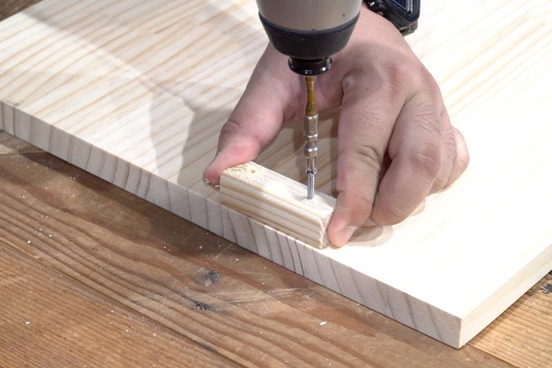 天板裏に木材をビスで固定