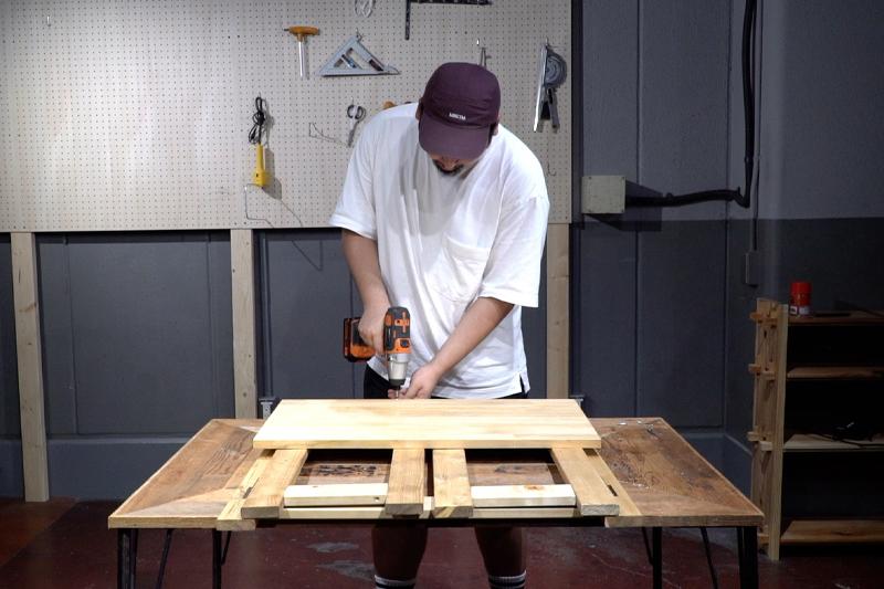 天板を背板部分に固定