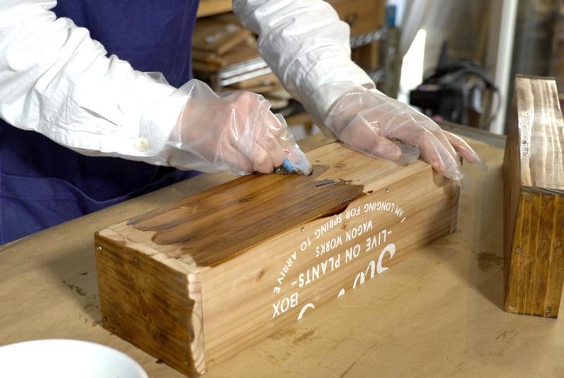 木にステイン塗料を塗る