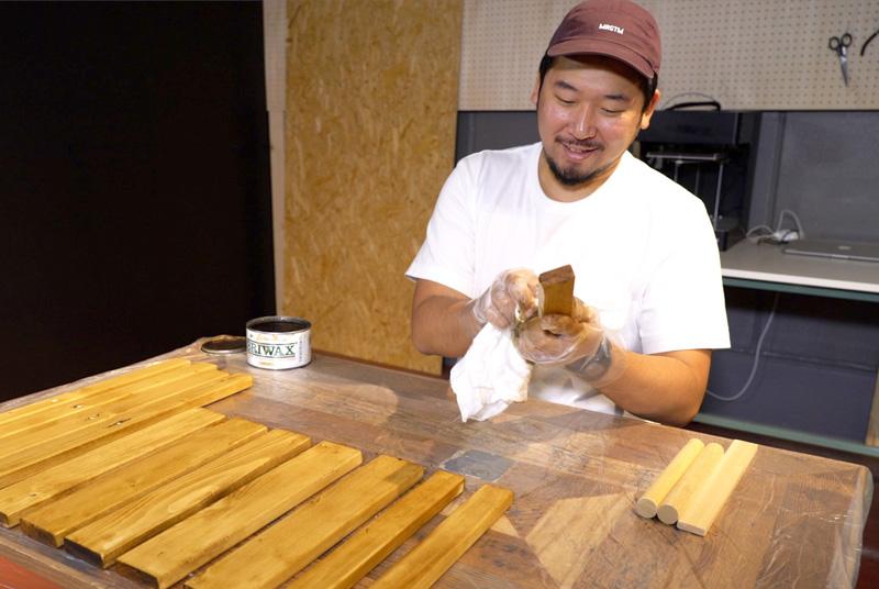 木材へワックスがけ