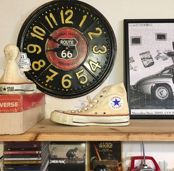 棚に飾られたスニーカー