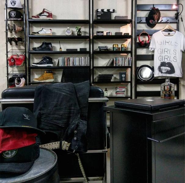 ブラックで統一した書斎
