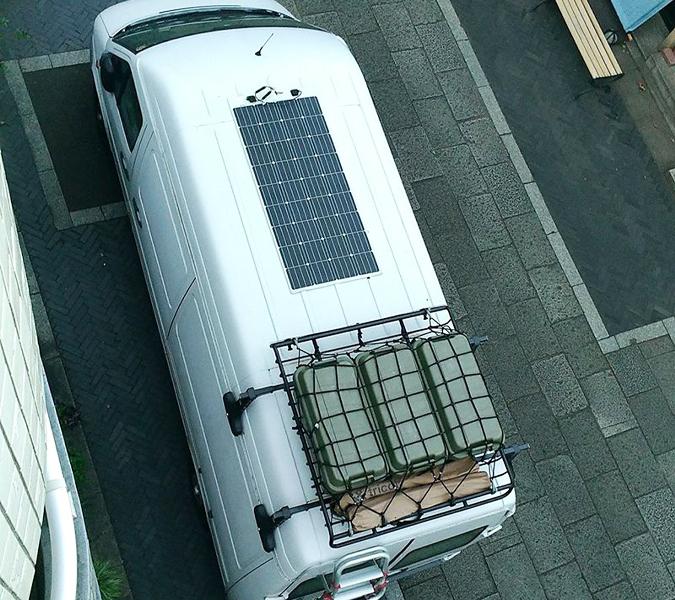 車に取り付けたソーラーパネル
