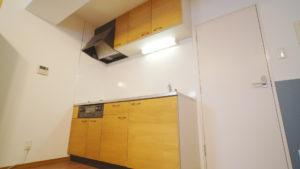 【賃貸DIY】原状回復OKな方法でキッチンの扉をリメイク!