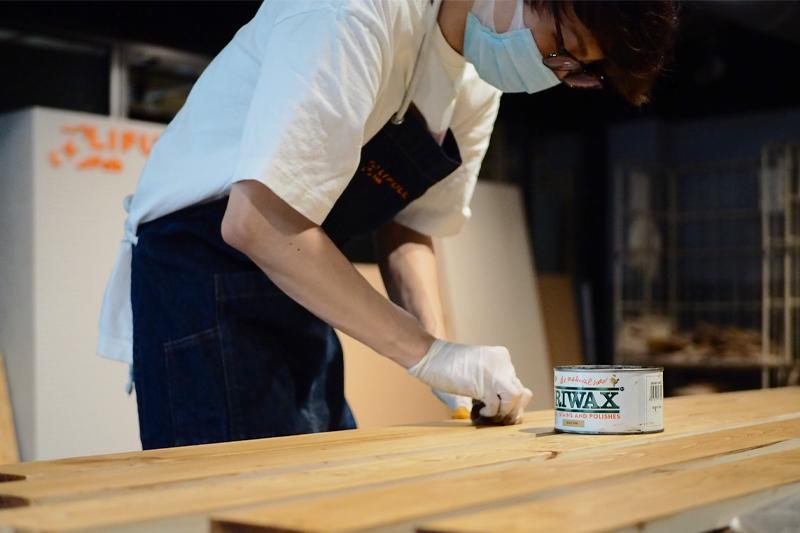 木材に塗装する