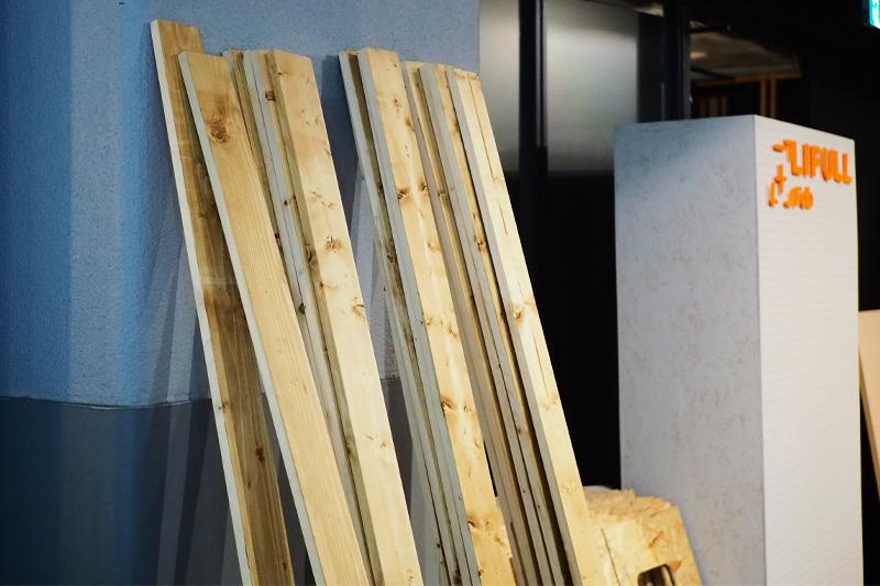塗装した木材を乾かす
