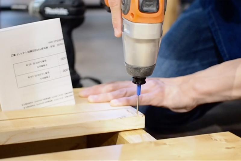 木材をビスで固定