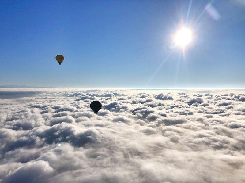 雲の上を飛ぶ熱気球