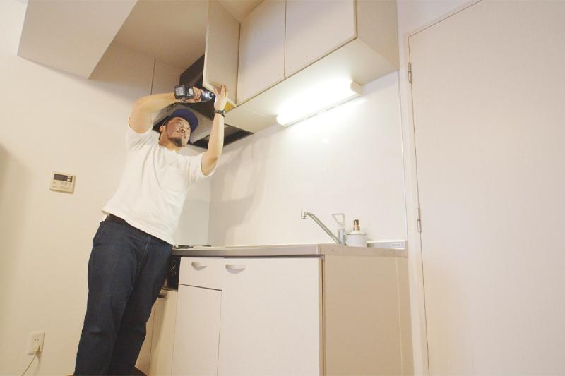 上のキッチン扉のネジを外す