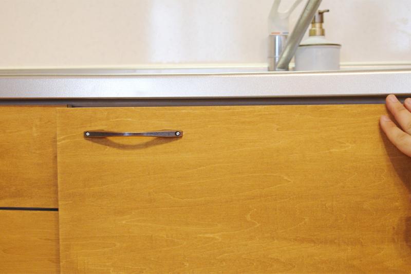 キッチン扉の開閉を確かめる