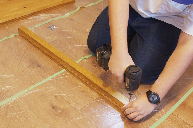 木材を重ねてビスで固定