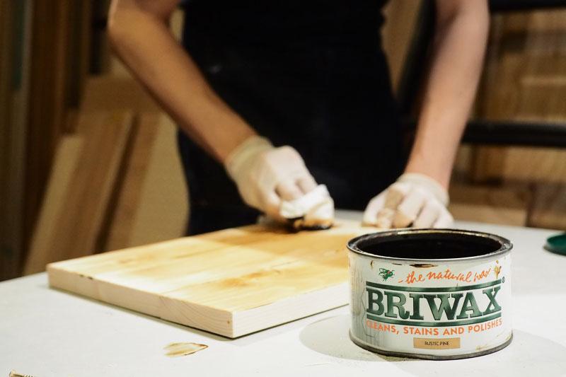 木材にワックスを塗る