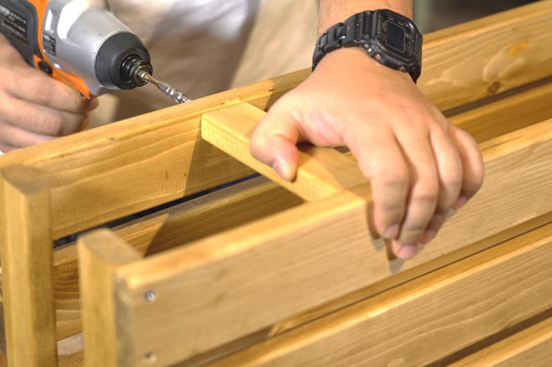 前面と背面パーツを木材で固定