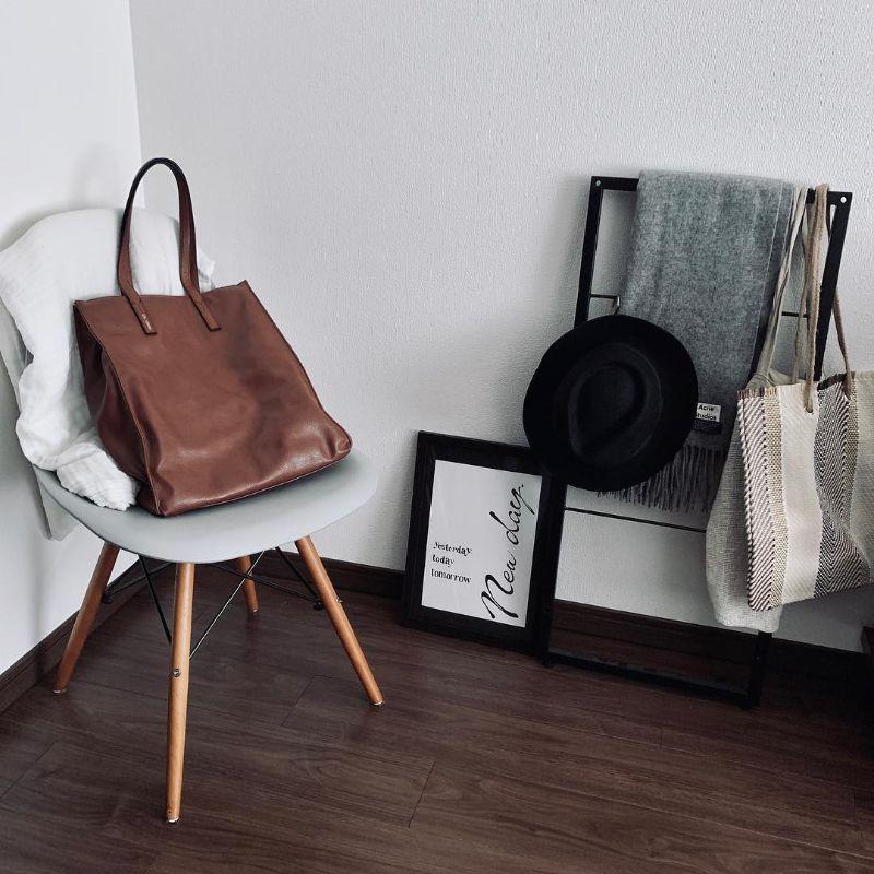 ダークブラウンのバッグと床