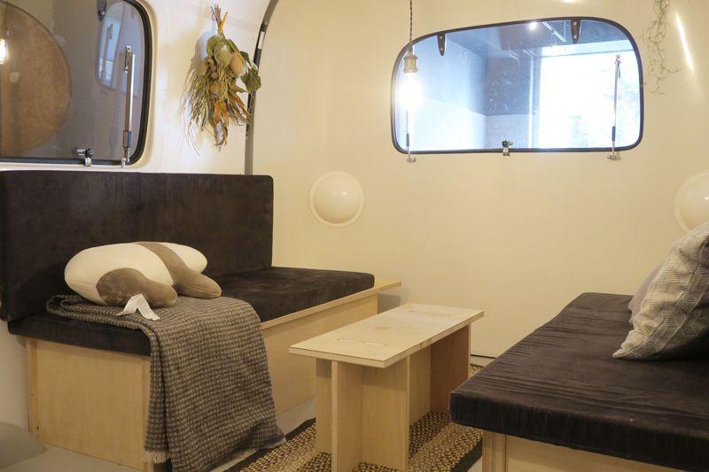 車内の家具には軽い素材を使用