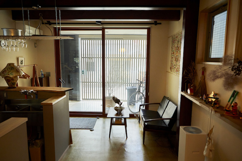 格子の門扉に天井まで続く大きなガラス戸の玄関