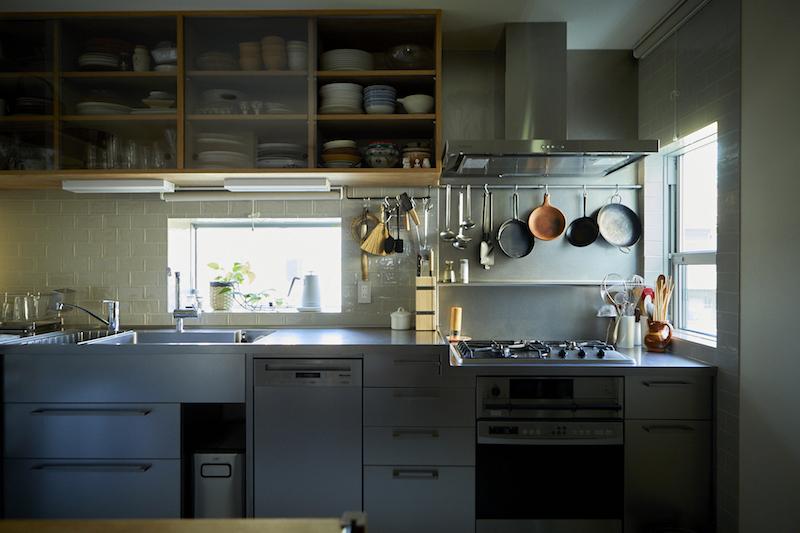 窓から陽が差し込むL字形のクローズドキッチン
