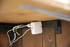 DIYだからこそ可能な電源タップ隠し