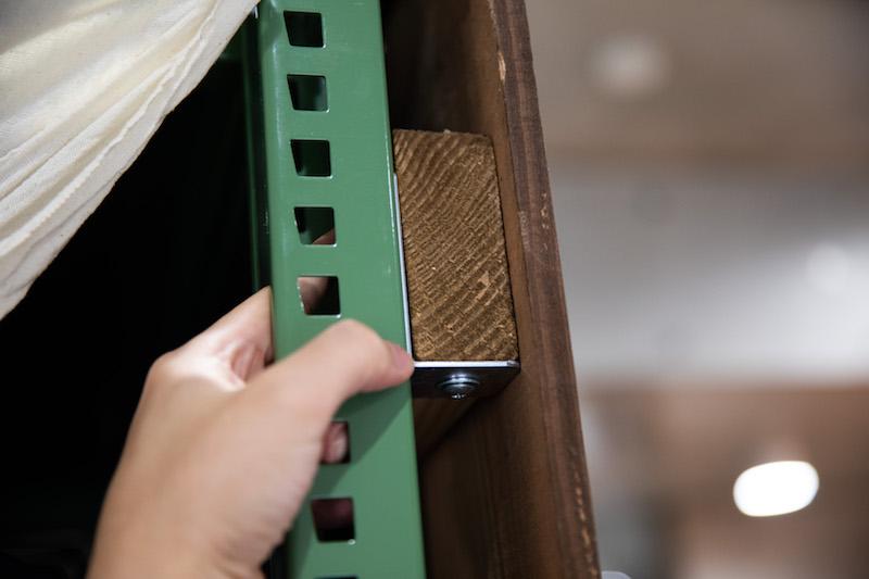 DIY収納壁はスチールラックと板材の組み合わせ