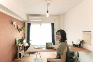 ヘイムスペイントで塗装された壁が特徴的な西田さんのお部屋