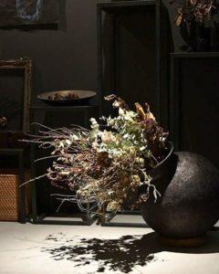 照明で浮かぶお花の影が幻想的