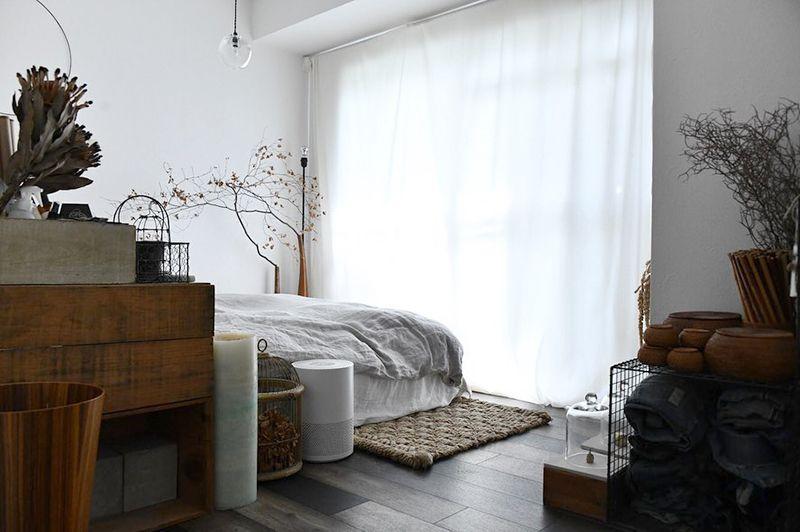 窓側一面に布を垂らし余白をつくるアイデア