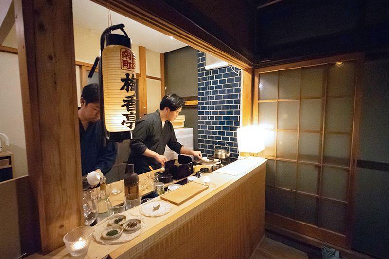 お茶を提供するカウンター