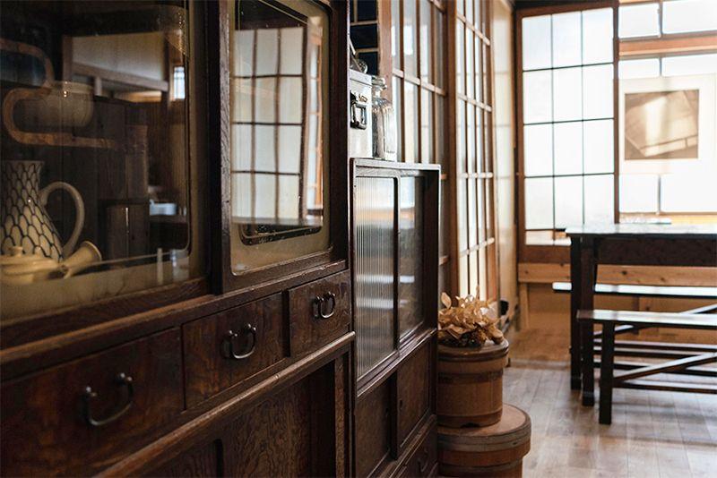 古民家に馴染むアンティーク家具