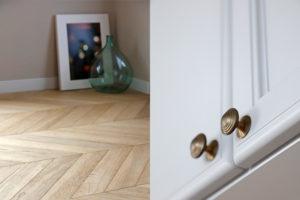 ヘリンボーン床と真鍮の取手