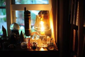 ランプに照らされるスノードームたち