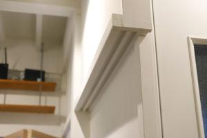 仕切り壁も白い塗装ですっきりとした印象に