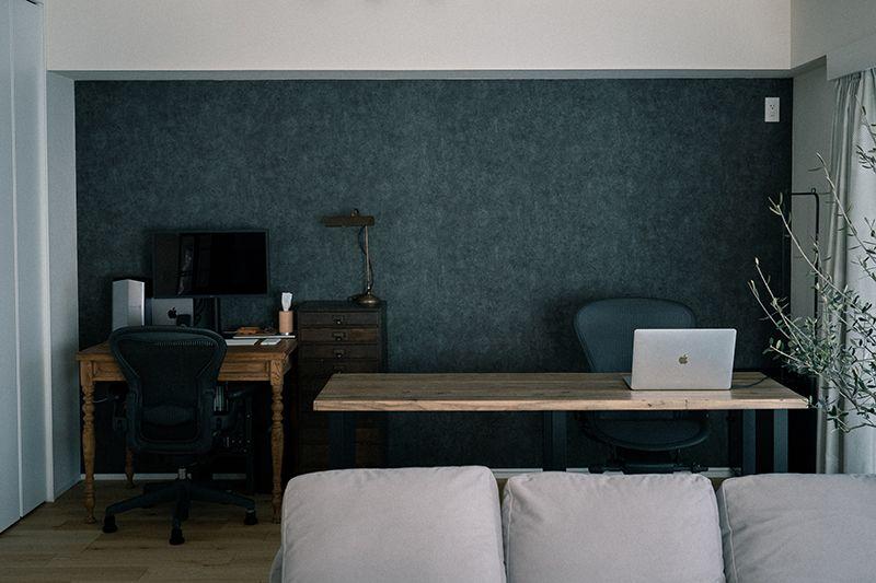 作業スペースもシンプルでシックに