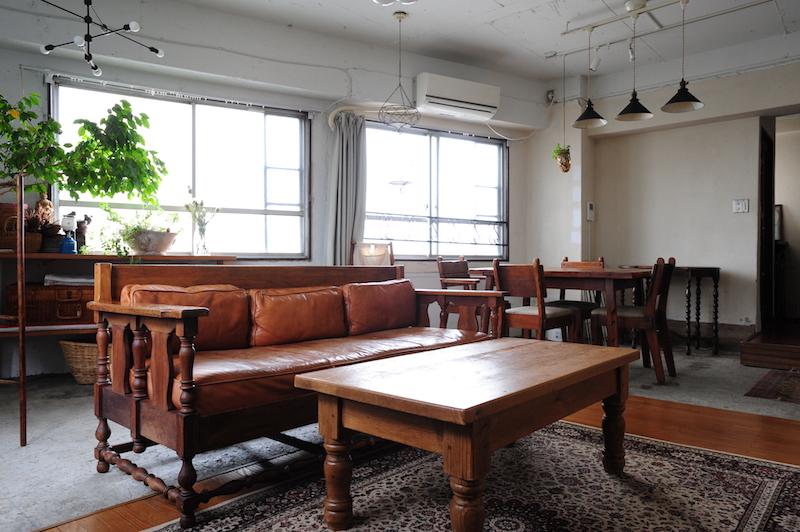 フランス製のローテーブルとアメリカ製のソファをミックス