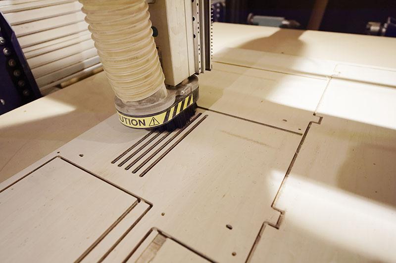 ShopBotで引き戸に施した溝デザインを彫っているところ。1枚の板がどんどん切り出されて、できあがる家具が想像できるようになっていく