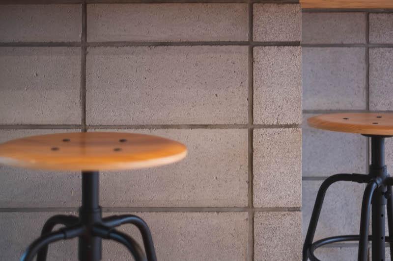 本物と見間違えるほどクオリティの高いコンクリートブロック調のタイル貼り