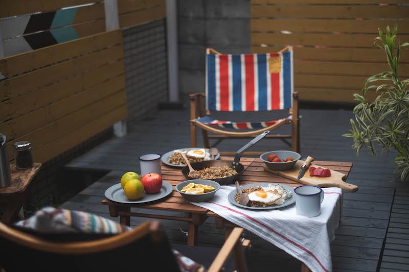 ウッドデッキでキャンプ気分を盛り上げる本格的なテーブルコーディネート