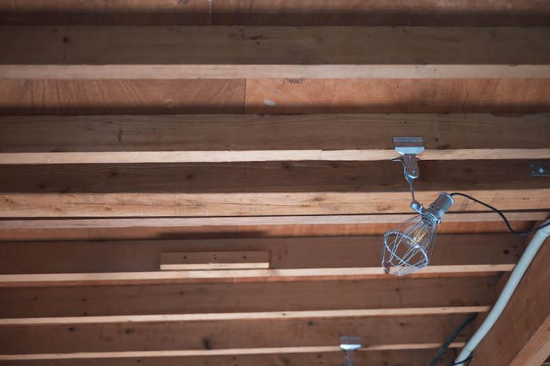 天井板を取り払うことで開放感と趣ある空間に