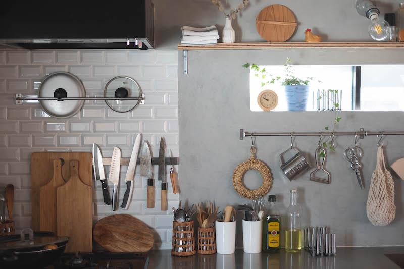 シンク奥の腰高窓前に石膏ボードで壁を作ってオープンラックやツールバーなど収納スペースを増設