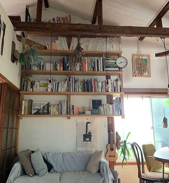 こだわりの梁から吊るした本棚