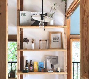 器や雑貨のコレクションは見せる収納でレイアウト